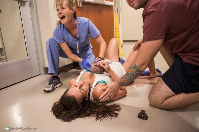Bức ảnh tuyệt vời ghi lại cảnh chồng hốt hoảng bắt con cho vợ đẻ rơi ở hành lang viện - Ảnh 4.