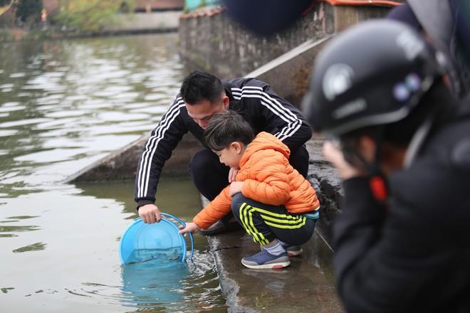 Sư thầy 10 năm giúp người dân thả cá phóng sinh ở Hồ Tây - Ảnh 1.