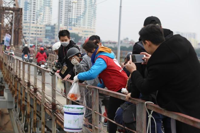 Sư thầy 10 năm giúp người dân thả cá phóng sinh ở Hồ Tây - Ảnh 7.