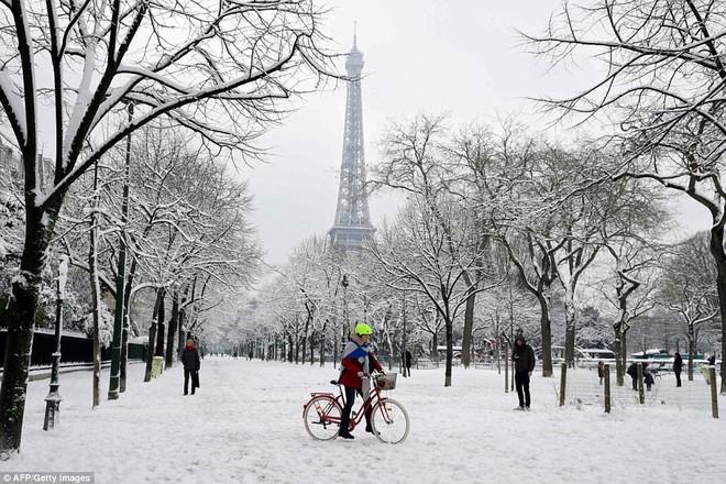 Chỉ sau một đêm, tuyết nhấn chìm Paris vào một màu trắng mộng mơ dày tới gần 18cm khiến nhiều người ngỡ ngàng 2