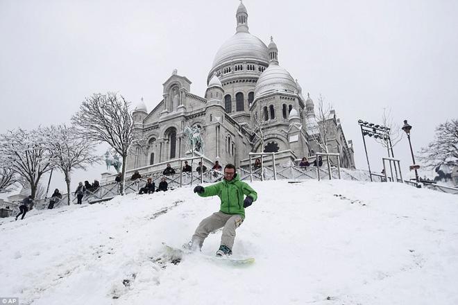 Chỉ sau một đêm, tuyết nhấn chìm Paris vào một màu trắng mộng mơ dày tới gần 18cm khiến nhiều người ngỡ ngàng 11