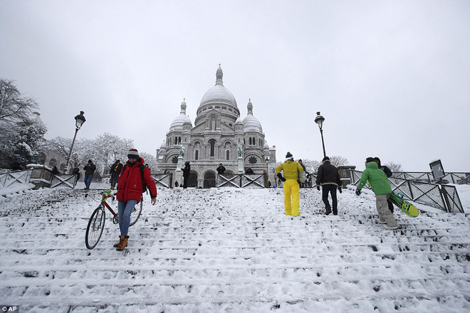 Chỉ sau một đêm, tuyết nhấn chìm Paris vào một màu trắng mộng mơ dày tới gần 18cm khiến nhiều người ngỡ ngàng 12