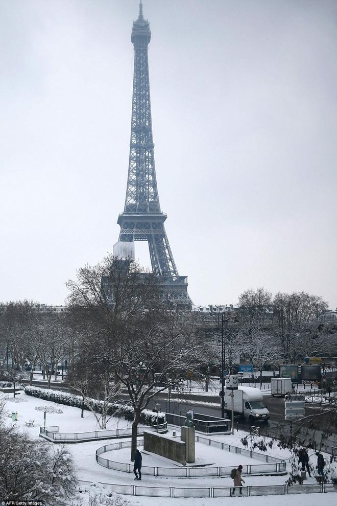 Chỉ sau một đêm, tuyết nhấn chìm Paris vào một màu trắng mộng mơ dày tới gần 18cm khiến nhiều người ngỡ ngàng 14