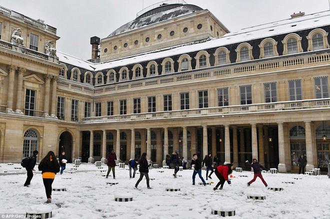 Chỉ sau một đêm, tuyết nhấn chìm Paris vào một màu trắng mộng mơ dày tới gần 18cm khiến nhiều người ngỡ ngàng 16