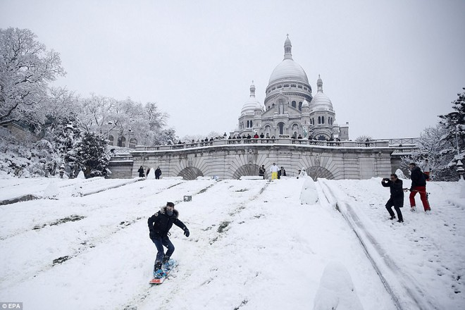 Chỉ sau một đêm, tuyết nhấn chìm Paris vào một màu trắng mộng mơ dày tới gần 18cm khiến nhiều người ngỡ ngàng 5