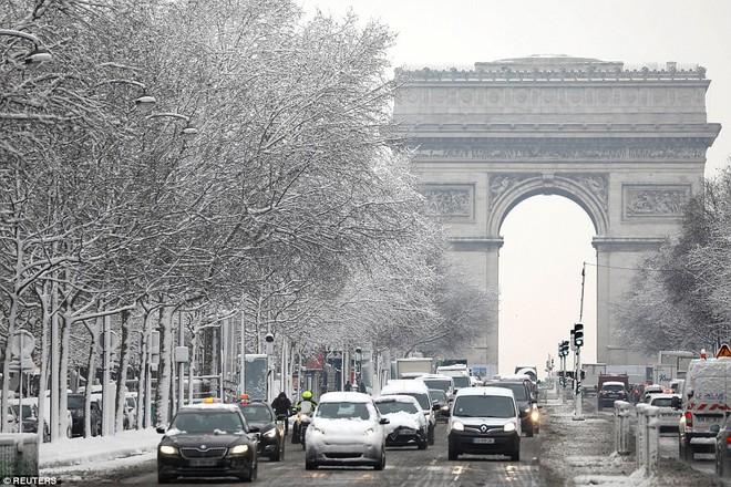 Chỉ sau một đêm, tuyết nhấn chìm Paris vào một màu trắng mộng mơ dày tới gần 18cm khiến nhiều người ngỡ ngàng 7