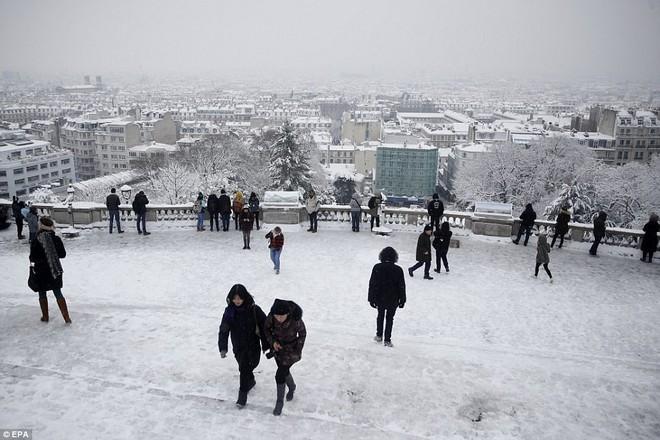 Chỉ sau một đêm, tuyết nhấn chìm Paris vào một màu trắng mộng mơ dày tới gần 18cm khiến nhiều người ngỡ ngàng 8