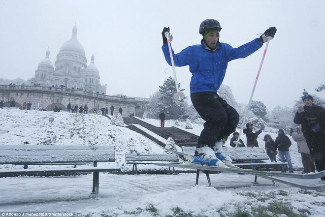 Chỉ sau một đêm, tuyết nhấn chìm Paris vào một màu trắng mộng mơ dày tới gần 18cm khiến nhiều người ngỡ ngàng 9