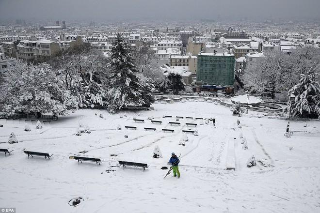 Chỉ sau một đêm, tuyết nhấn chìm Paris vào một màu trắng mộng mơ dày tới gần 18cm khiến nhiều người ngỡ ngàng 10