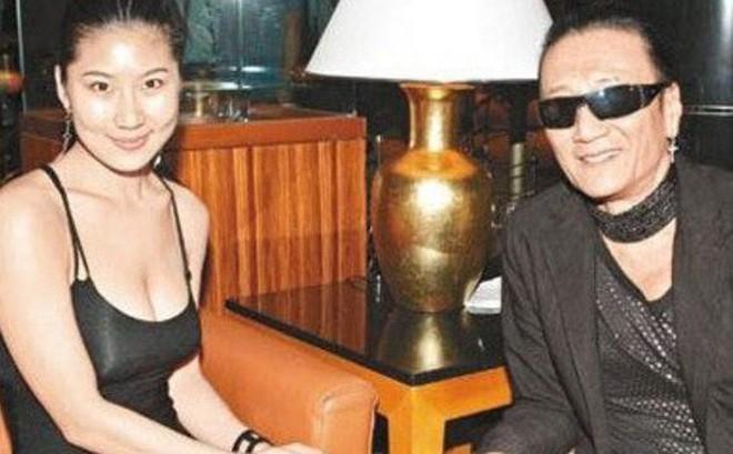 Chuyện tình bền chặt của bố Tạ Đình Phong và bạn gái kém 49 tuổi