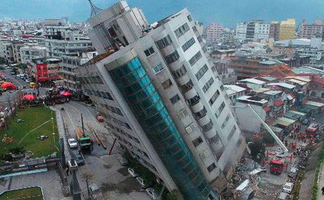 Hình ảnh kinh hoàng về tòa chung cư bị quật ngã vì động đất ở Đài Loan, nơi hàng chục người mắc kẹt