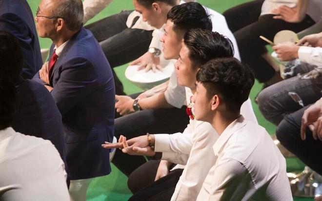 Fan hâm mộ phát cuồng trước hành động của các cầu thủ U23 dành cho diva Mỹ Linh - Ảnh 6.