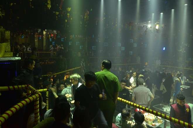 TP. HCM: Cảnh sát bao vây 2 quán bar ở trung tâm, dân chơi tháo chạy tán loạn - Ảnh 3.