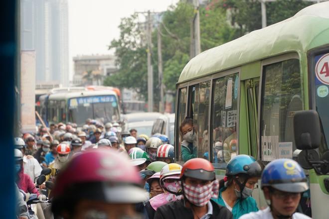 Người dân đổ về quê ăn Tết, các tuyến đường Sài Gòn kẹt cứng - Ảnh 4.