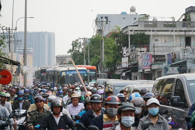 Người dân đổ về quê ăn Tết, các tuyến đường Sài Gòn kẹt cứng - Ảnh 1.