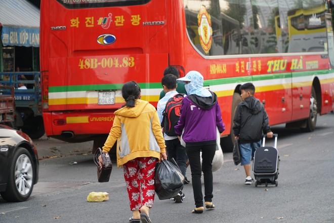 Người dân đổ về quê ăn Tết, các tuyến đường Sài Gòn kẹt cứng - Ảnh 10.