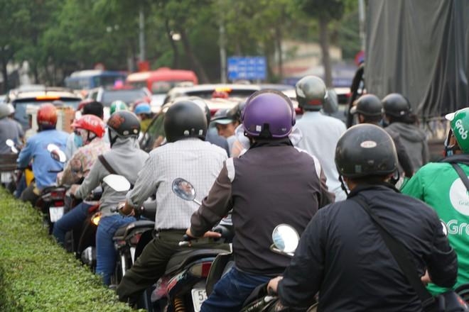 Người dân đổ về quê ăn Tết, các tuyến đường Sài Gòn kẹt cứng - Ảnh 14.
