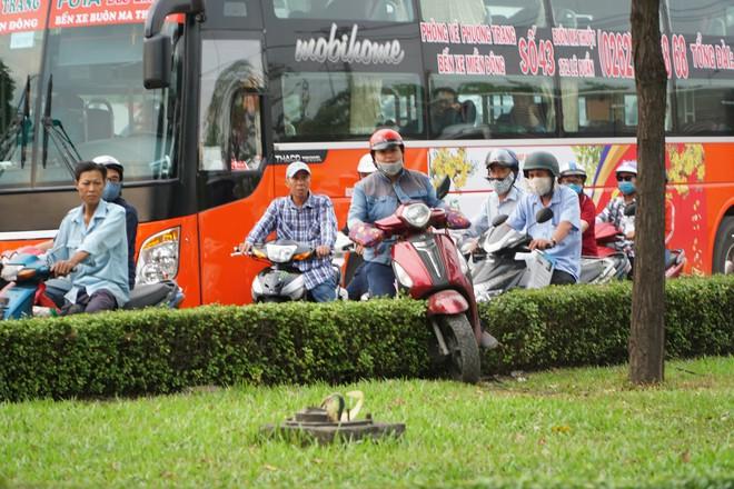 Người dân đổ về quê ăn Tết, các tuyến đường Sài Gòn kẹt cứng - Ảnh 12.
