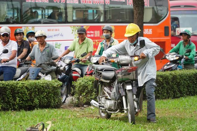 Người dân đổ về quê ăn Tết, các tuyến đường Sài Gòn kẹt cứng - Ảnh 13.