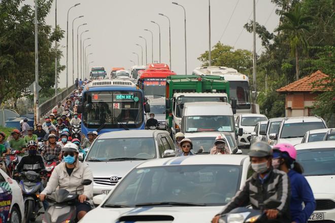 Người dân đổ về quê ăn Tết, các tuyến đường Sài Gòn kẹt cứng - Ảnh 6.