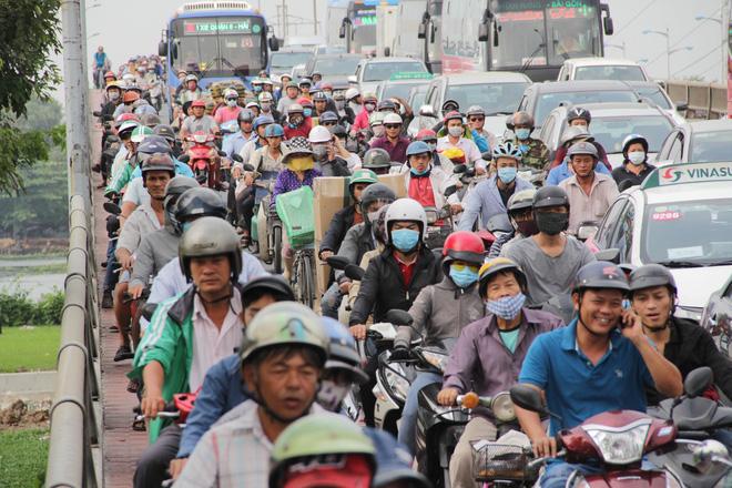 Người dân đổ về quê ăn Tết, các tuyến đường Sài Gòn kẹt cứng - Ảnh 7.