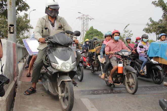 Người dân đổ về quê ăn Tết, các tuyến đường Sài Gòn kẹt cứng - Ảnh 8.