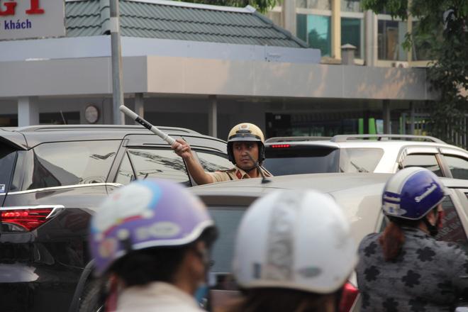 Người dân đổ về quê ăn Tết, các tuyến đường Sài Gòn kẹt cứng - Ảnh 9.