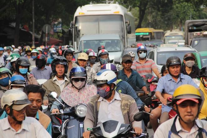 Người dân đổ về quê ăn Tết, các tuyến đường Sài Gòn kẹt cứng - Ảnh 2.