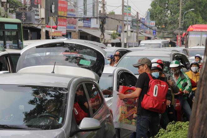 Người dân đổ về quê ăn Tết, các tuyến đường Sài Gòn kẹt cứng - Ảnh 11.