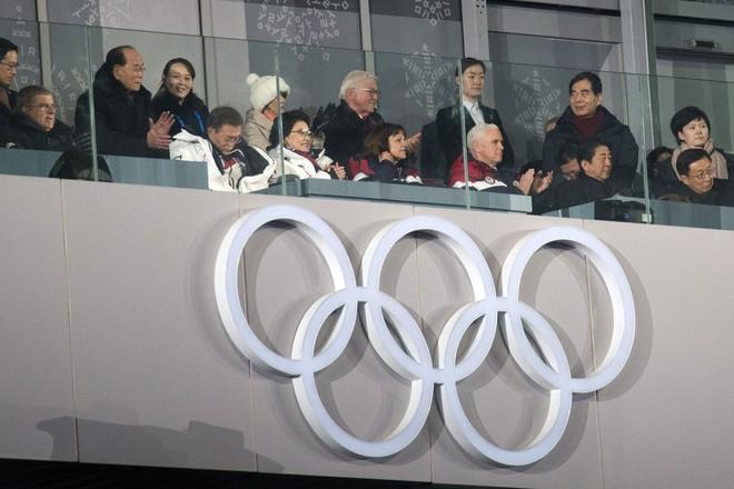 Được xếp ngồi cùng bàn với đại diện Triều Tiên, Phó TT Mỹ bỏ tiệc tối tại Thế vận hội - Ảnh 1.