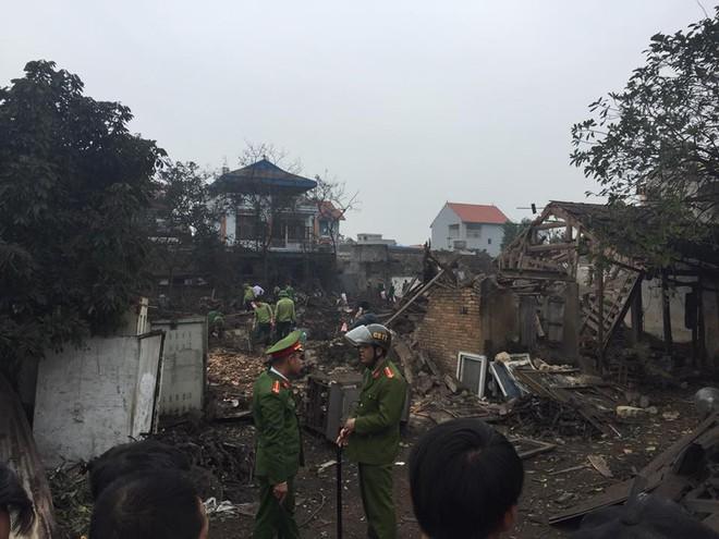 Hiện trường vụ nổ làm 2 người chết, 7 người bị thương, nhiều nhà dân bị tốc mái - Ảnh 2.