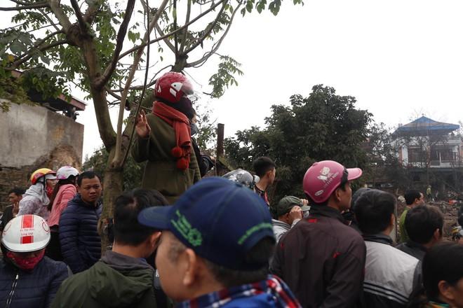 Vụ nổ ở Bắc Ninh: Đầu đạn còn nguyên thuốc nổ, dân vẫn chen chân vào hiện trường để xem - Ảnh 3.