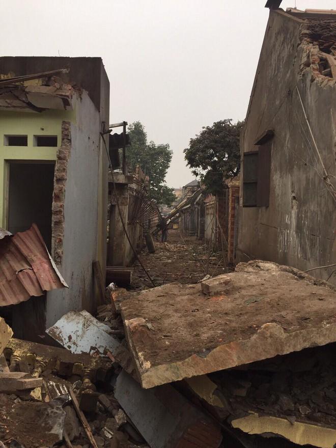 Hiện trường vụ nổ làm 2 người chết, 7 người bị thương, nhiều nhà dân bị tốc mái - Ảnh 8.