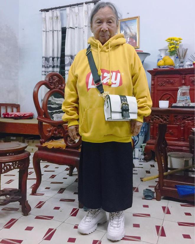 Mặc áo hoodie vàng, mang giày FILA, bà nội 87 tuổi bỏ xa lớp trẻ vì độ sành điệu - Ảnh 1.