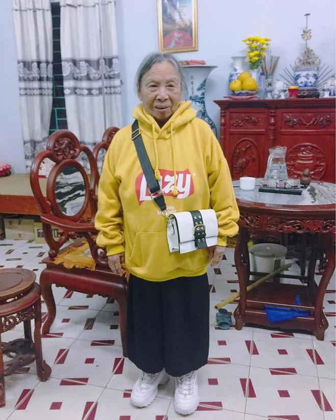 Mặc áo hoodie vàng, mang giày FILA, bà nội 87 tuổi bỏ xa lớp trẻ vì độ sành điệu - Ảnh 2.