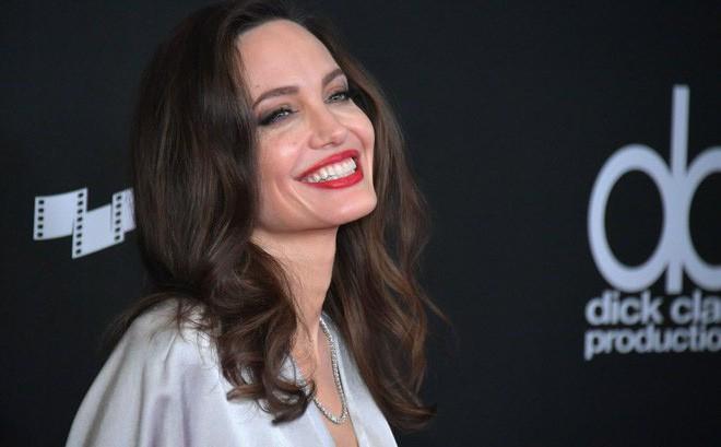Sau hơn 1 năm từ bỏ người đàn ông từng yêu nồng say suốt cả thập kỷ, Angelina Jolie đang sống thế nào?