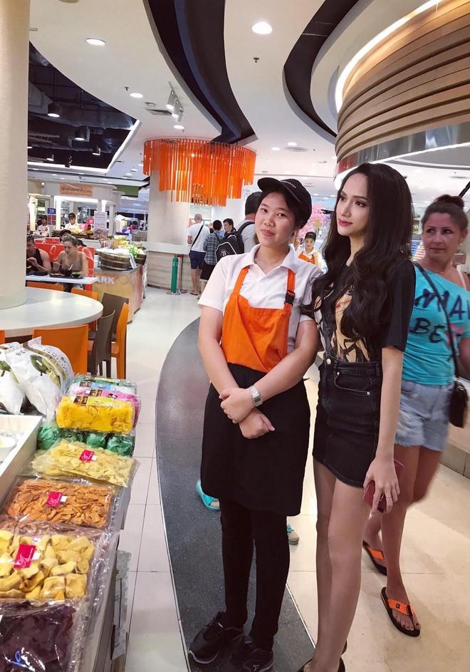 Hoa hậu Hương Giang đi mua sắm bằng phương tiện công cộng, nhiều người Thái xin chụp hình - Ảnh 6.