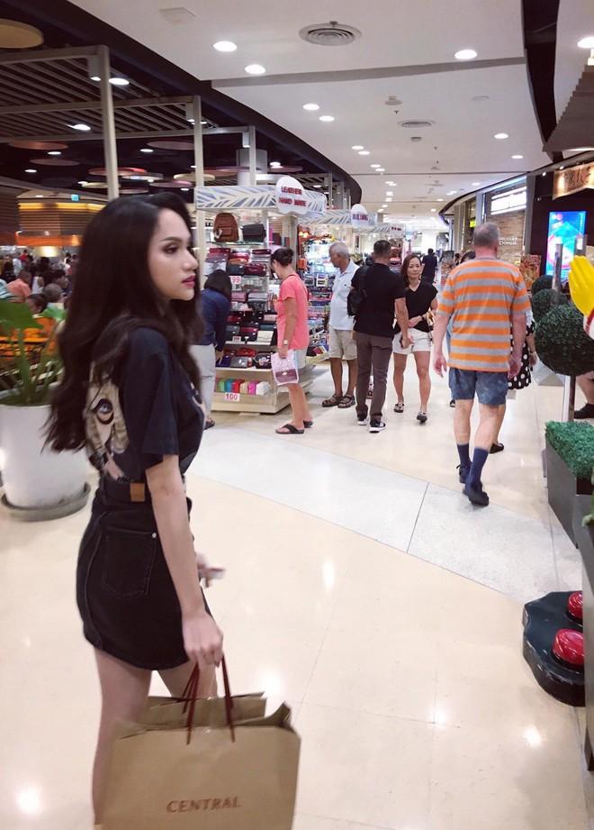 Hoa hậu Hương Giang đi mua sắm bằng phương tiện công cộng, nhiều người Thái xin chụp hình - Ảnh 7.