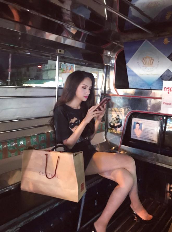 Hoa hậu Hương Giang đi mua sắm bằng phương tiện công cộng, nhiều người Thái xin chụp hình - Ảnh 2.