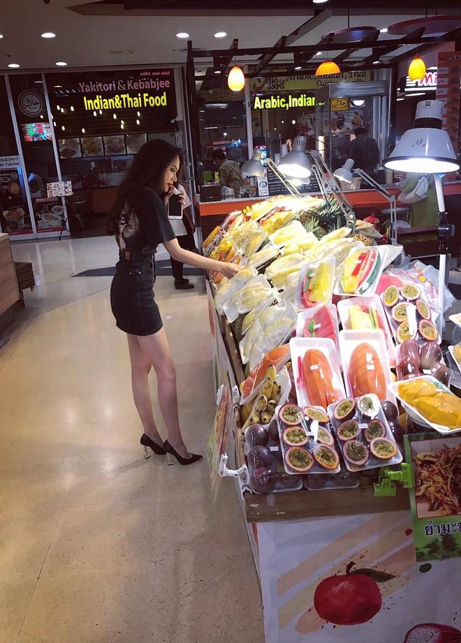 Hoa hậu Hương Giang đi mua sắm bằng phương tiện công cộng, nhiều người Thái xin chụp hình - Ảnh 1.