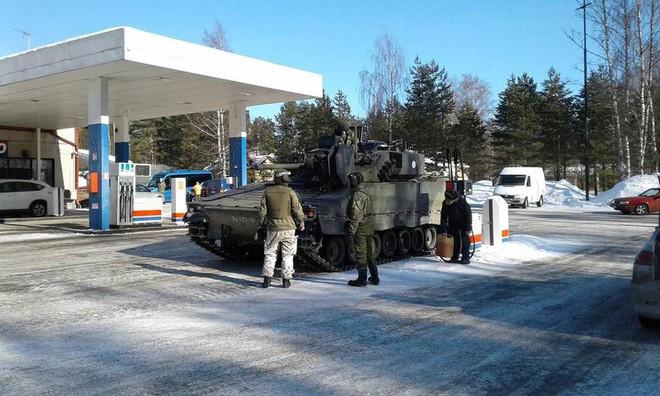 Khoảnh khắc thú vị: Xe tăng Leopard 2A4 vào trạm xăng để tiếp nhiên liệu - Ảnh 3.