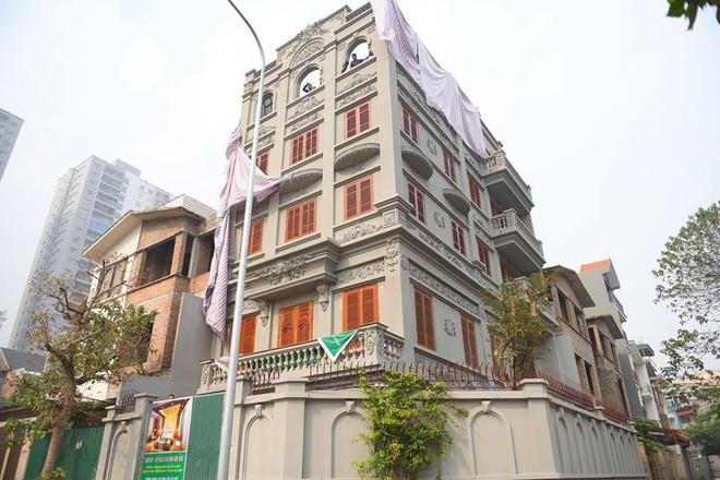 căn biệt thự của gia đình ông Nguyễn Thanh Hóa đang bị phá dỡ.
