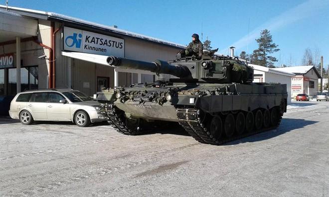 Khoảnh khắc thú vị: Xe tăng Leopard 2A4 vào trạm xăng để tiếp nhiên liệu - Ảnh 2.