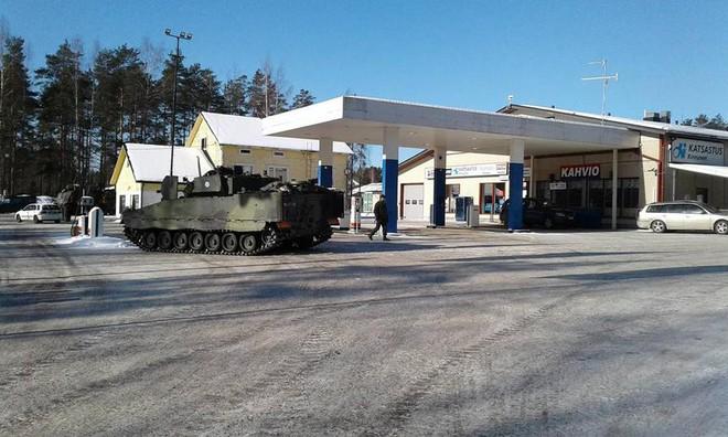 Khoảnh khắc thú vị: Xe tăng Leopard 2A4 vào trạm xăng để tiếp nhiên liệu - Ảnh 4.