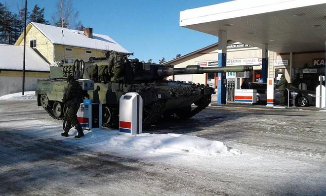 Khoảnh khắc thú vị: Xe tăng Leopard 2A4 vào trạm xăng để tiếp nhiên liệu - Ảnh 1.