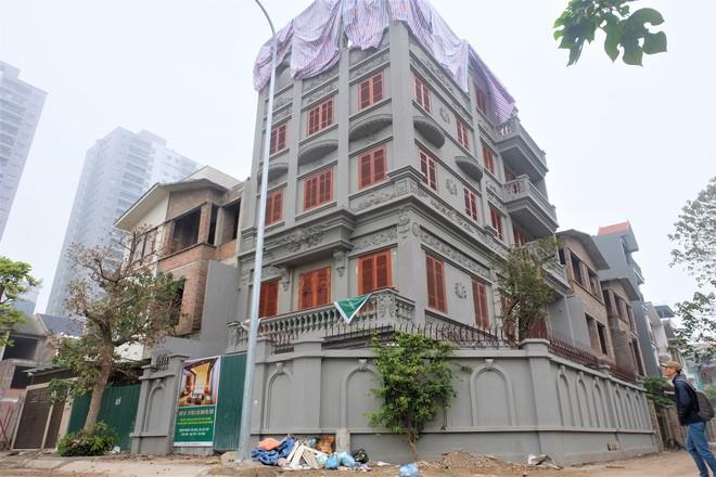 Nhìn gần biệt thự của gia đình ông Nguyễn Thanh Hóa đang bị tháo dỡ tầng trái phép - Ảnh 1.