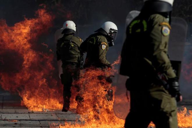 24h qua ảnh: Cảnh sát đứng giữa biển lửa bom xăng của người biểu tình - Ảnh 2.