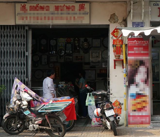 """Người hùng"""" lao đến vật ngã kẻ dùng kính đâm vào cổ nữ chủ tiệm ở Sài Gòn - Ảnh 1."""