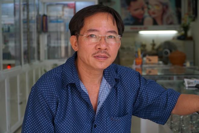 """Người hùng"""" lao đến vật ngã kẻ dùng kính đâm vào cổ nữ chủ tiệm ở Sài Gòn - Ảnh 3."""