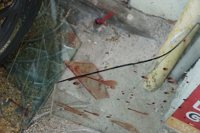 """Người hùng"""" lao đến vật ngã kẻ dùng kính đâm vào cổ nữ chủ tiệm ở Sài Gòn - Ảnh 2."""